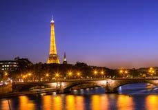 在日落时间以后的埃菲尔铁塔 免版税库存图片