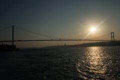 在日落时间的博斯普鲁斯海峡桥梁新的名字15 Temmuz Sehitler桥梁 免版税库存照片