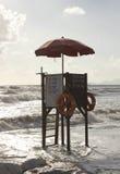 在日落时间的救生员塔在Versilia,意大利 免版税库存照片