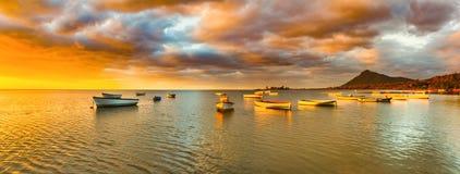 在日落时间的渔船 惊人的横向 全景 图库摄影