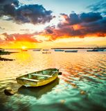 在日落时间的渔船 美好的横向 免版税图库摄影