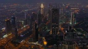 在日落时间,阿联酋的迪拜地平线 股票 迪拜小游艇船坞在蓝色小时,闪烁光和最高 股票录像