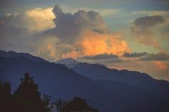 在日落时间的天空在Manali 免版税库存图片