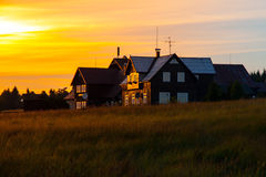 在日落时间的木山小屋, Jizerka村庄, Jizera山,捷克,欧洲 库存图片