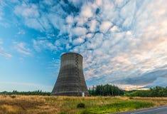 在日落时间的核电站风景 库存图片
