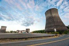 在日落时间的核电站风景 库存照片