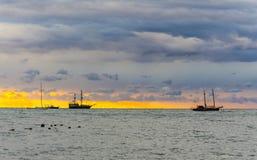 在日落时间的海景与被上船桅的船 库存照片