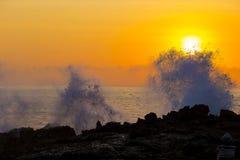 在日落时间的海浪 库存图片