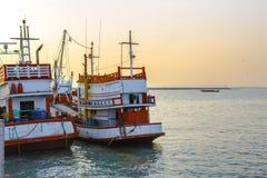 在日落时间的渔船 免版税库存图片