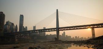在日落时间的现代桥梁 免版税库存图片