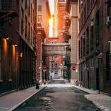 在日落时间的纽约街道 老风景街道在TriBeCa区在曼哈顿 免版税图库摄影