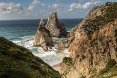 在日落普腊亚da Ursa,葡萄牙的美丽的海洋海滩 免版税库存图片