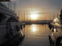 在日落期间的两条游艇 免版税库存照片