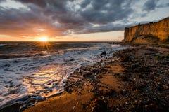 在日落期间的丹麦海岸线 库存照片