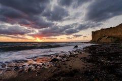在日落期间的丹麦海岸线 库存图片