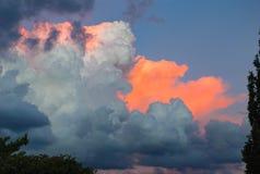 在日落期间的五颜六色的云彩 免版税库存照片