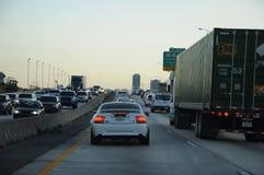 在日落期间的佛罗里达交通 图库摄影