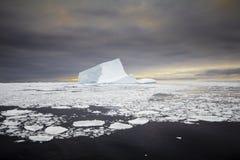 在日落期间的冰山 免版税库存照片