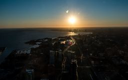 在日落期间的多伦多市看法被看见的frrom cn塔与安大略湖 免版税库存照片