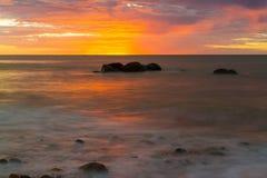 在日落期间的岩石在Hallett小海湾,南澳大利亚 库存图片