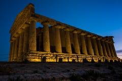 在日落期间的希腊寺庙边在阿哥里根托,西西里岛 库存图片