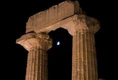 在日落期间的希腊寺庙首都在阿哥里根托,西西里岛 库存照片