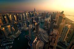 在日落期间的庄严五颜六色的迪拜小游艇船坞地平线 团结的阿拉伯迪拜酋长管辖区海滨广&# 免版税库存图片