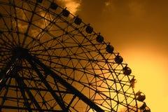 在日落期间的弗累斯大转轮剪影 图库摄影