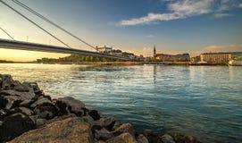 在日落期间的斯洛伐克布拉索夫首都的图片从petrzalka岸 免版税库存照片