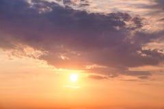 在日落期间的明亮的五颜六色的天空 design_的背景 图库摄影