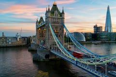 在日落期间的有启发性塔桥梁在伦敦 免版税图库摄影