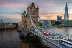 在日落期间的有启发性塔桥梁 库存图片