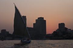 在日落期间的桃红色天空在开罗 免版税库存照片