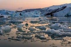在日落期间的浮动冰山在冰河湖在南冰岛 库存照片