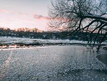 在日落期间的涅里斯河河 免版税库存照片