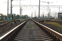 在日落期间的火车路轨在夏日 免版税库存图片