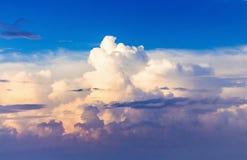 在日落期间的美丽如画的卷曲云彩 design_的模板 免版税库存图片