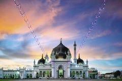在日落期间的美丽的老清真寺与五颜六色的天空 库存图片