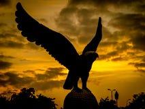 在日落期间的老鹰雕象 免版税库存照片