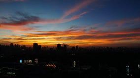 在日落期间的金黄小时在城市 免版税库存照片