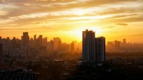 在日落期间的金黄小时在城市 库存照片