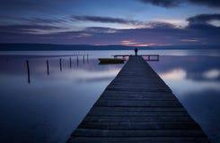 在日落期间的风景 美好的自然海景,蓝色小时 在湖海岸的冬天日落在瓦尔纳,保加利亚附近 库存图片