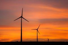 在日落期间的风轮机 免版税库存图片