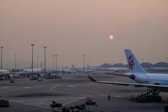 在日落期间的香港机场 库存图片
