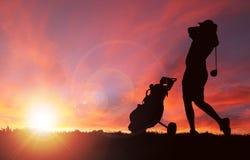在日落期间的高尔夫球运动员剪影与拷贝空间 向量例证