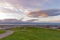 在日落期间的Calton小山在雨前,俯视市爱丁堡和北海,苏格兰,英国 免版税图库摄影