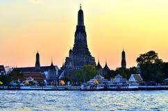 在日落期间的Wat Arun 免版税库存图片