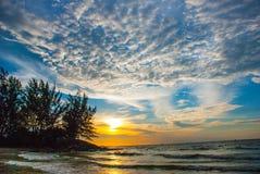 在日落期间,使水、天空和云彩环境美化,城市民都鲁,婆罗洲,沙捞越,马来西亚的看法 Pantai Temasya丹戎巴图 免版税图库摄影