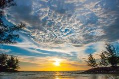 在日落期间,使水、天空和云彩环境美化,城市民都鲁,婆罗洲,沙捞越,马来西亚的看法 Pantai Temasya丹戎巴图 免版税库存照片