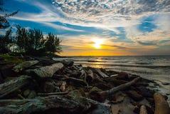在日落期间,使水、天空和云彩环境美化,城市民都鲁,婆罗洲,沙捞越,马来西亚的看法 Pantai Temasya丹戎巴图 库存照片